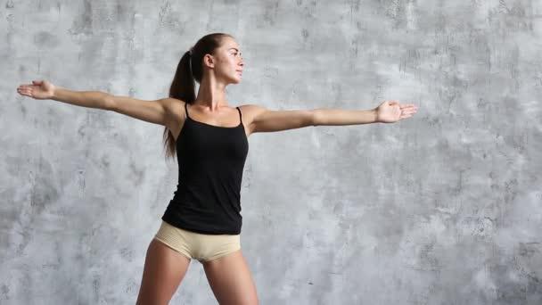 Žena, která dělá jógu doma. Fitness a sportovní.