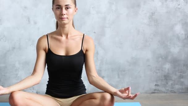 Mladá krásná žena v lotosové pozici. Jóga a meditace.