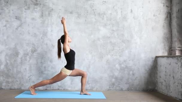 Ženy cvičení doma, děláte cvičení jógy na modrá mat. Wellness koncept