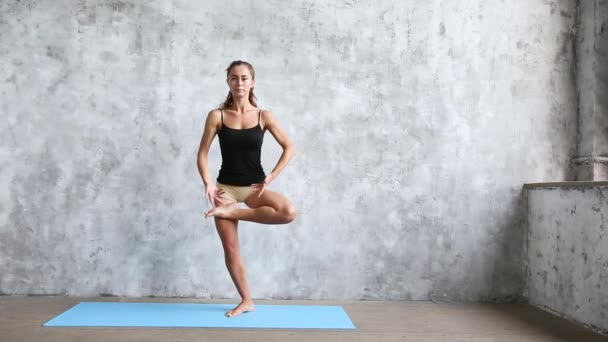 Krásnou usmívající se žena cvičení doma, děláte cvičení jógy na modrá mat. Wellness koncept
