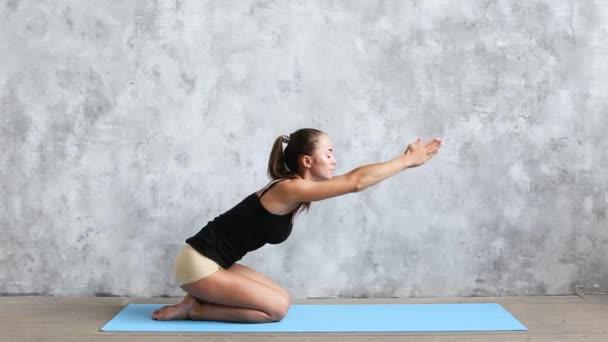 Mladá krásná žena cvičí jógu krytý. Wellness koncept.