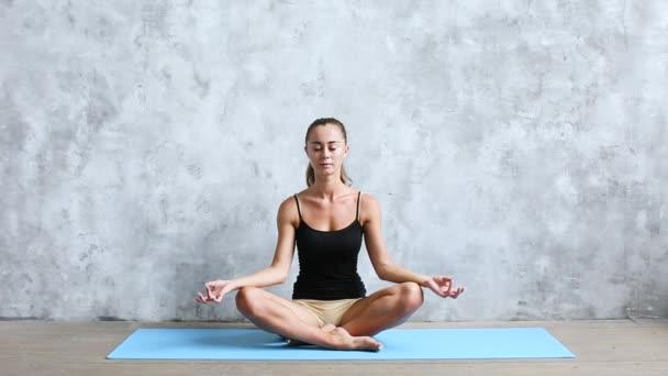Fitness žena dělá jógu v lotosu představují. Meditace.