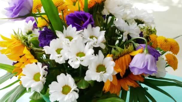 Virágok egy vázában. Gyönyörű friss virágok. napraforgó csokor