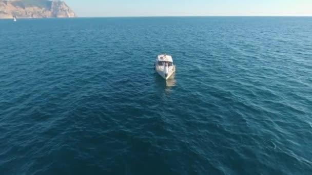 Svatba na lodi. klidná modrá voda. slunečný letní den. modré moře