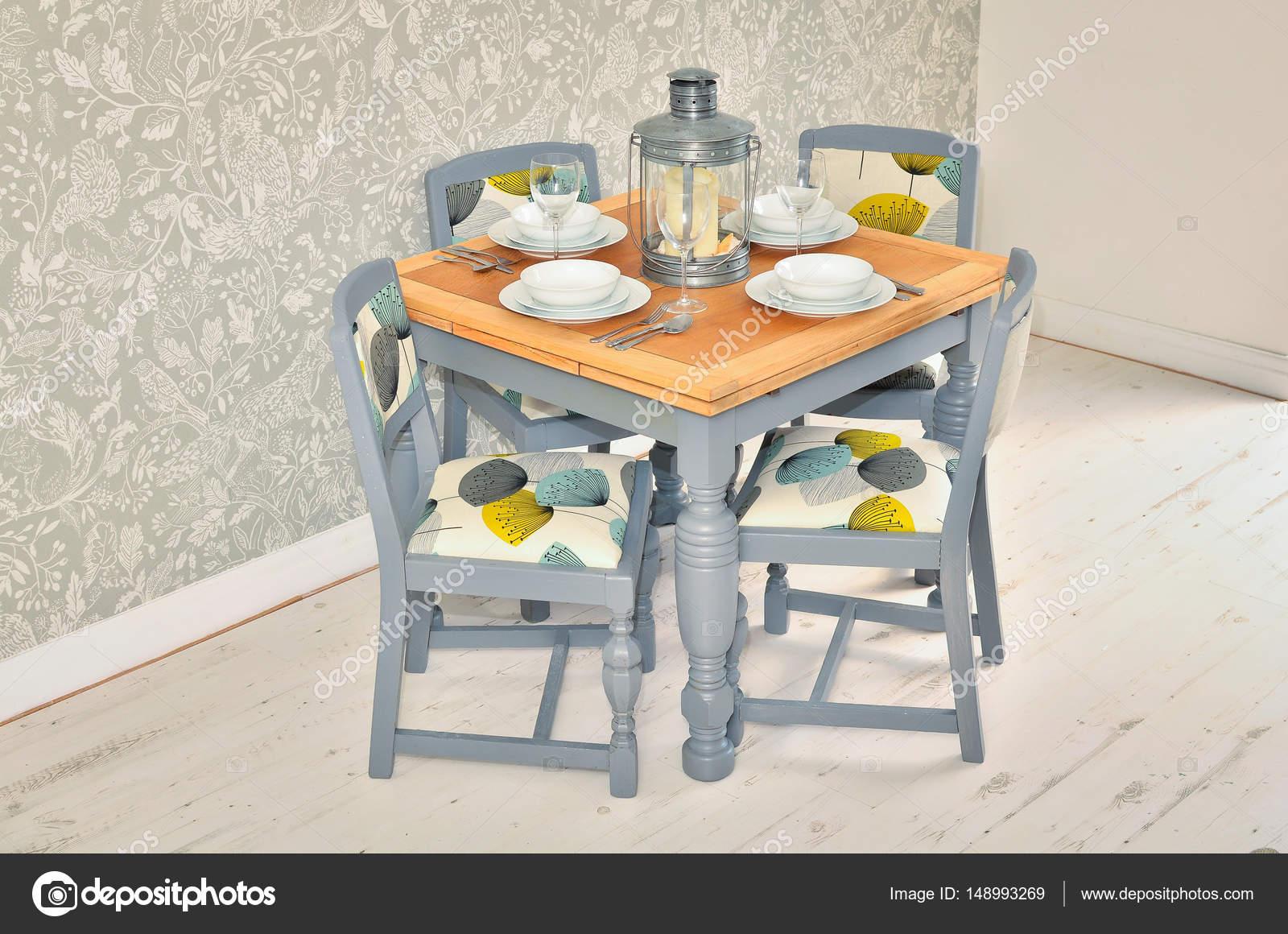 Shabby chic mesa de comedor con sillas y vajilla — Foto de stock ...