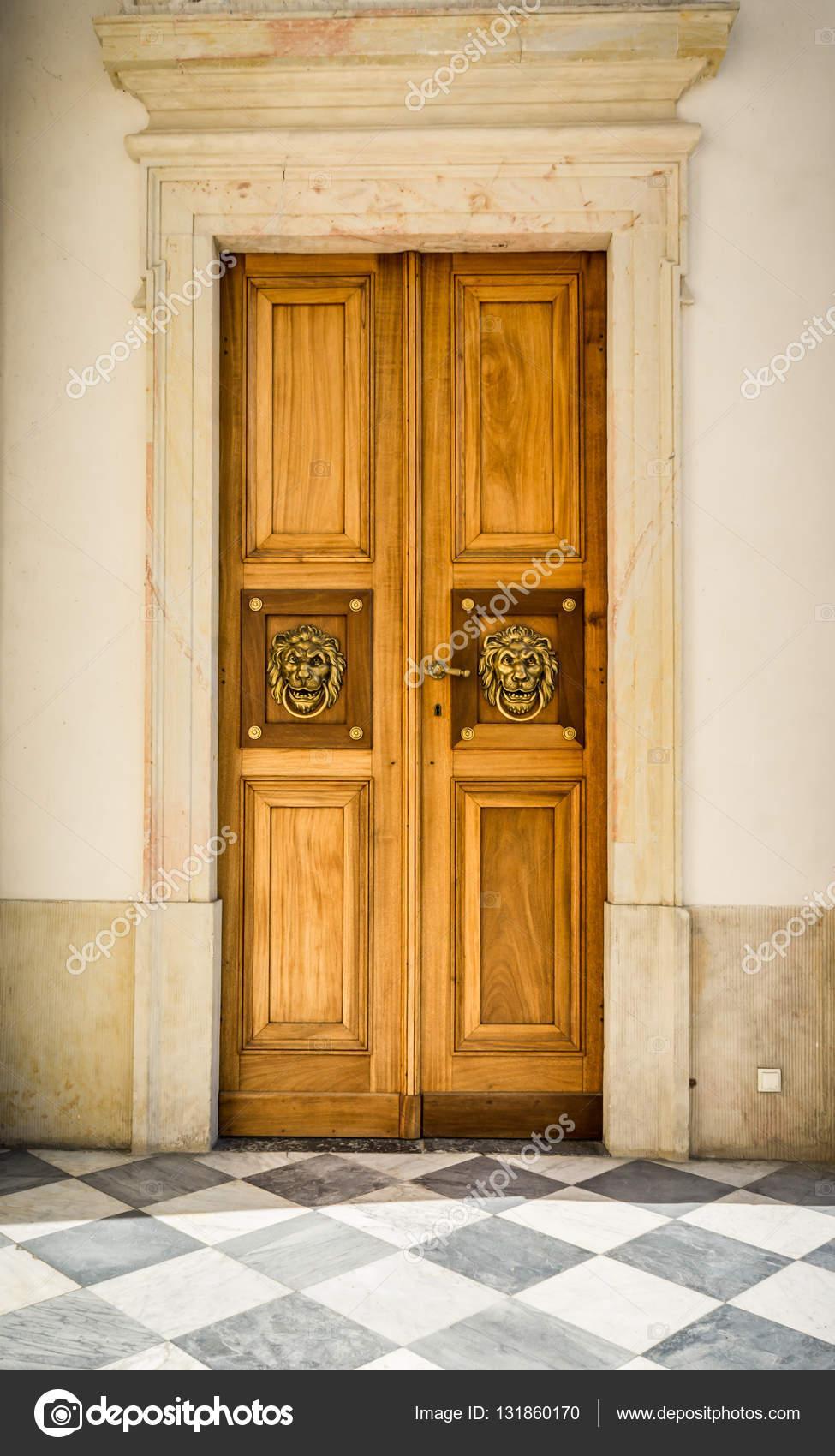 Puerta doble de madera vintage foto de stock alefbet 131860170 Puerta doble madera