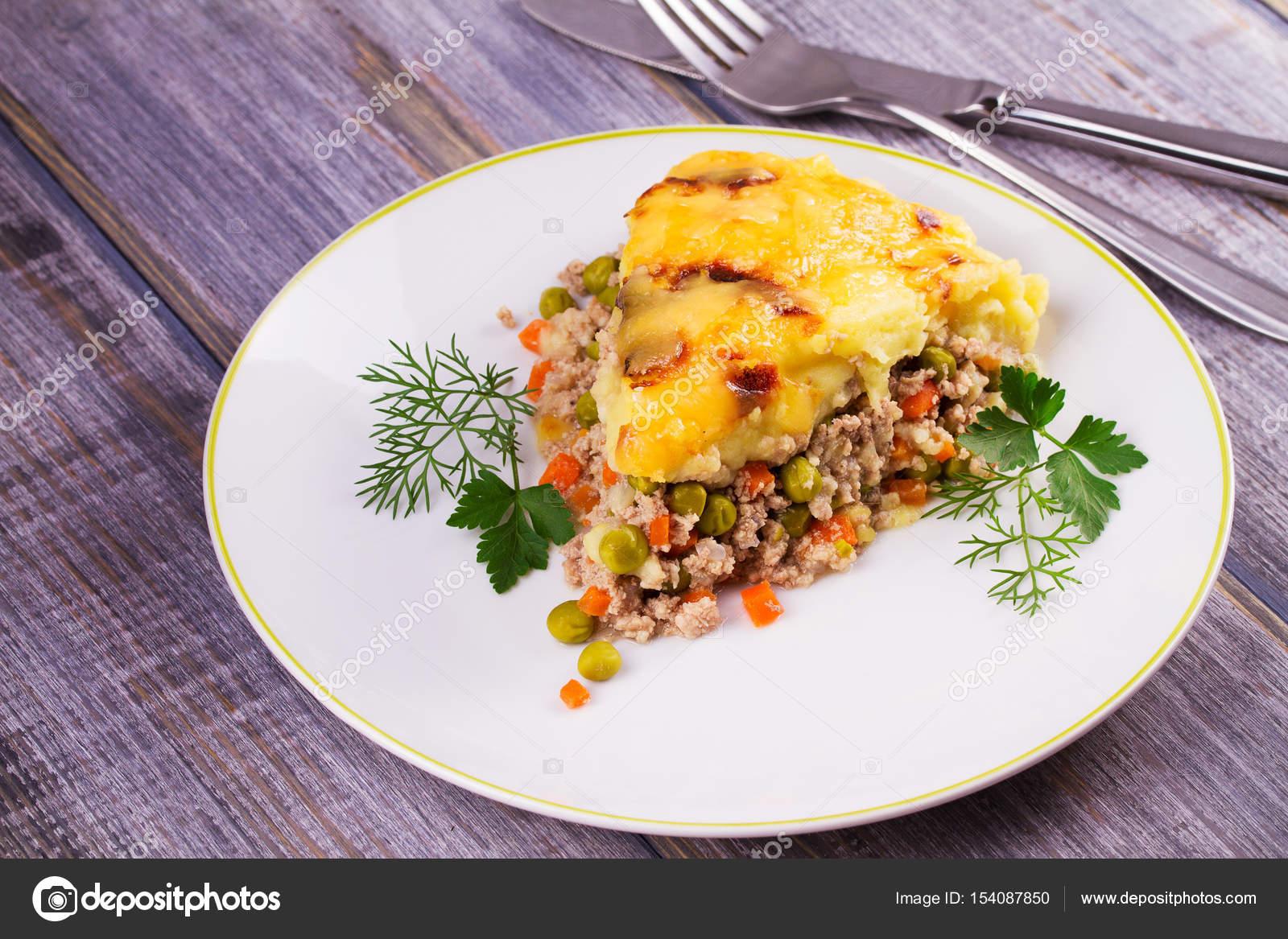 Картофель с беконом, зеленым горошком, сыром