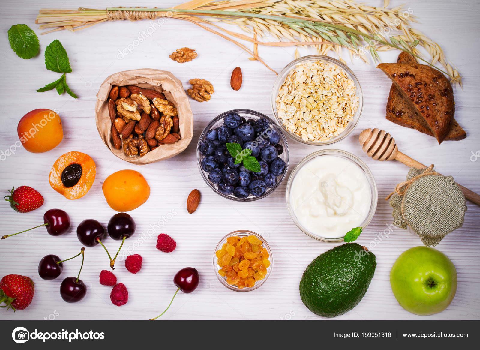 Schalen Mit Joghurt Und Haferflocken Obst Honig Und Sommerbeeren