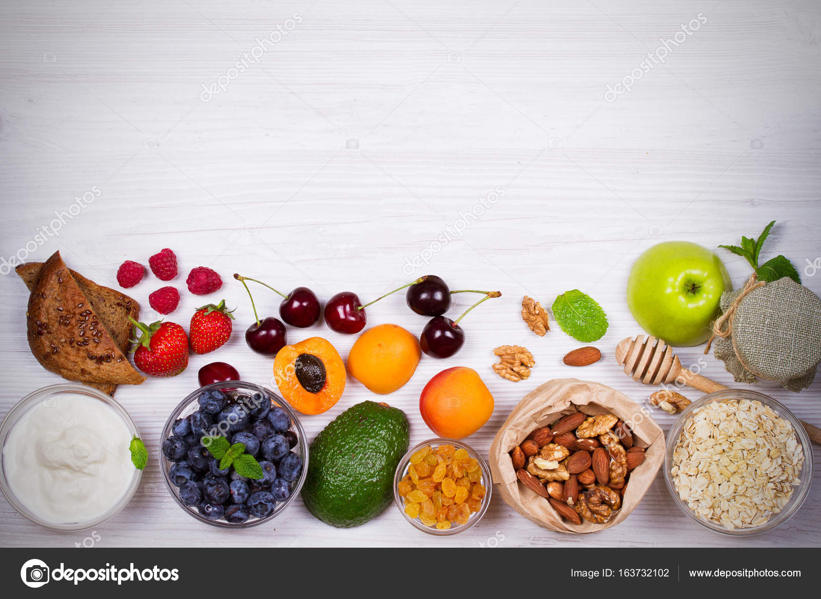 Joghurt Haferflocken Obst Honig Und Sommerbeeren Blick Von Oben
