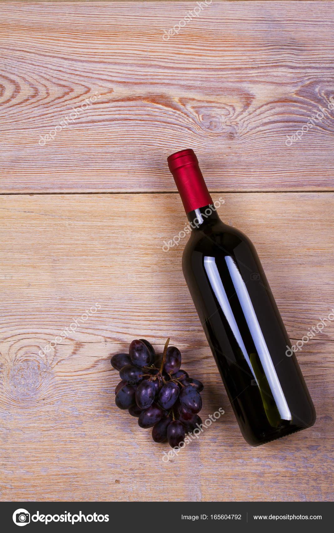 Eine Flasche Weißwein mit Traube. Wein Stillleben. Speisen und ...
