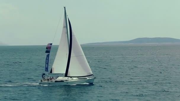 Plachetnice, plovoucí na dalmatském pobřeží