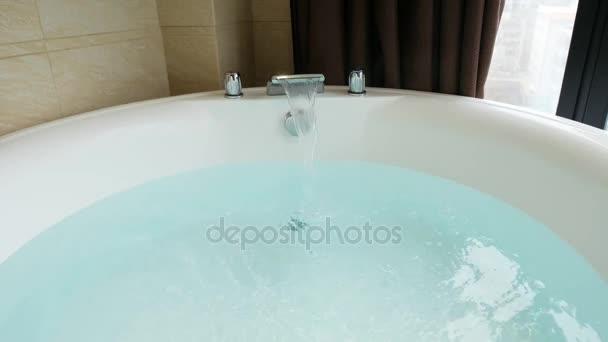 Vasca Da Bagno Espanol : Vasca bagno piena acqua vasca idromassaggio u2014 video stock
