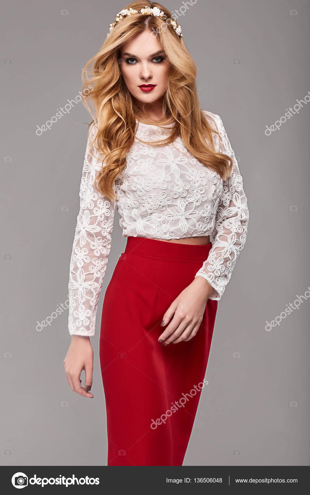 46956f0b5e8df Hermosa mujer elegante moda vestido rojo y blanco — Foto de Stock