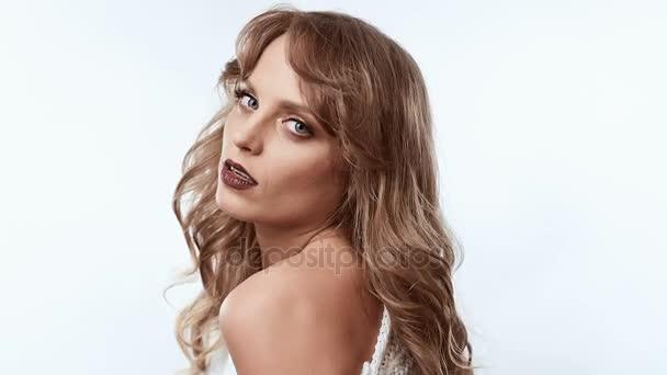 Érzéki pozitív gyönyörű szőke nő elszigetelt fehér background studio-ban pulóver portréja