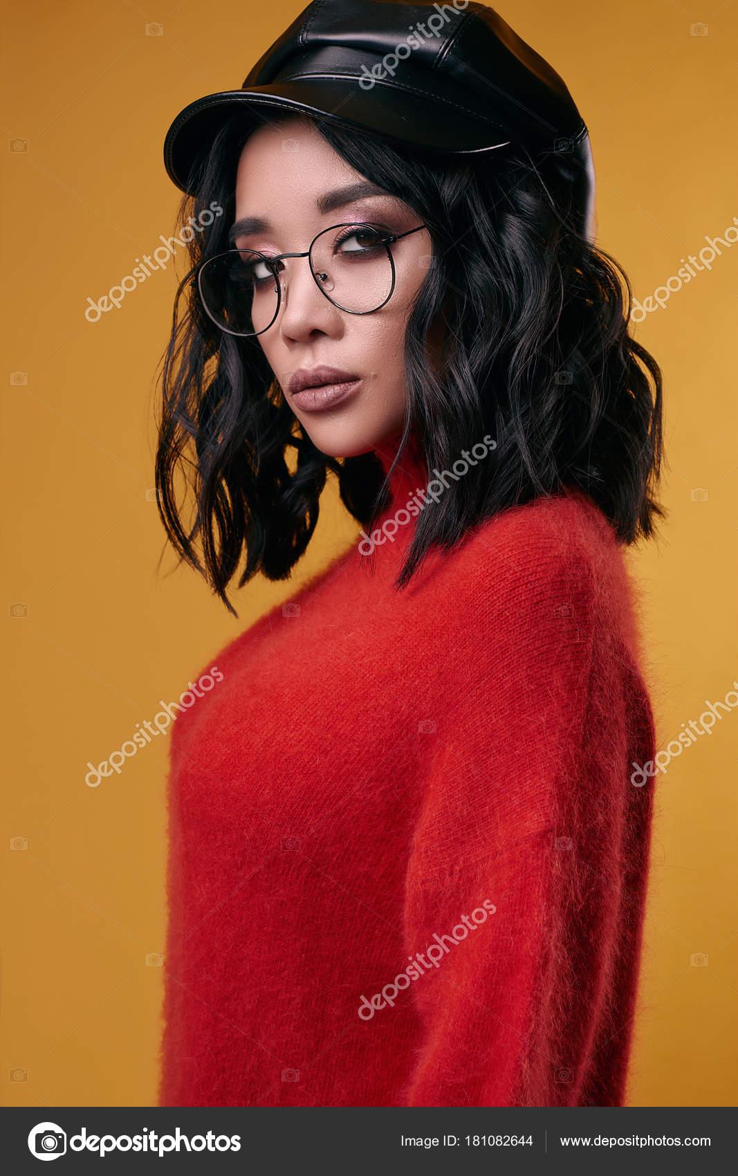 e2bb856bff13 Ritratto di ragazza asiatica brunetta carina di georgeous in luminoso  maglione isolato su priorità bassa di colore in studio — Foto di ...