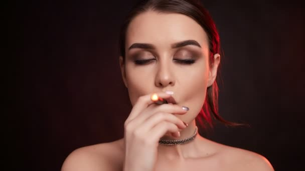 Porträt von Glamour verführerisch schöne brünette Frau, die elektronische Zigarette im Studio raucht
