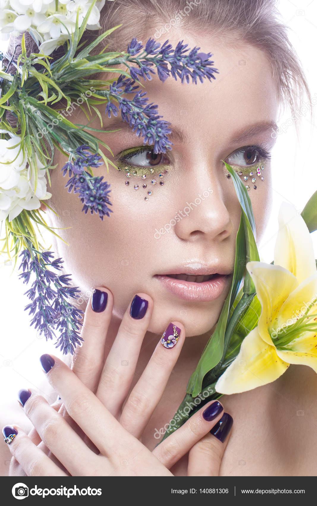 Schönes Mädchen mit Make-up Kunst, Blumen und Design Nägel Maniküre ...