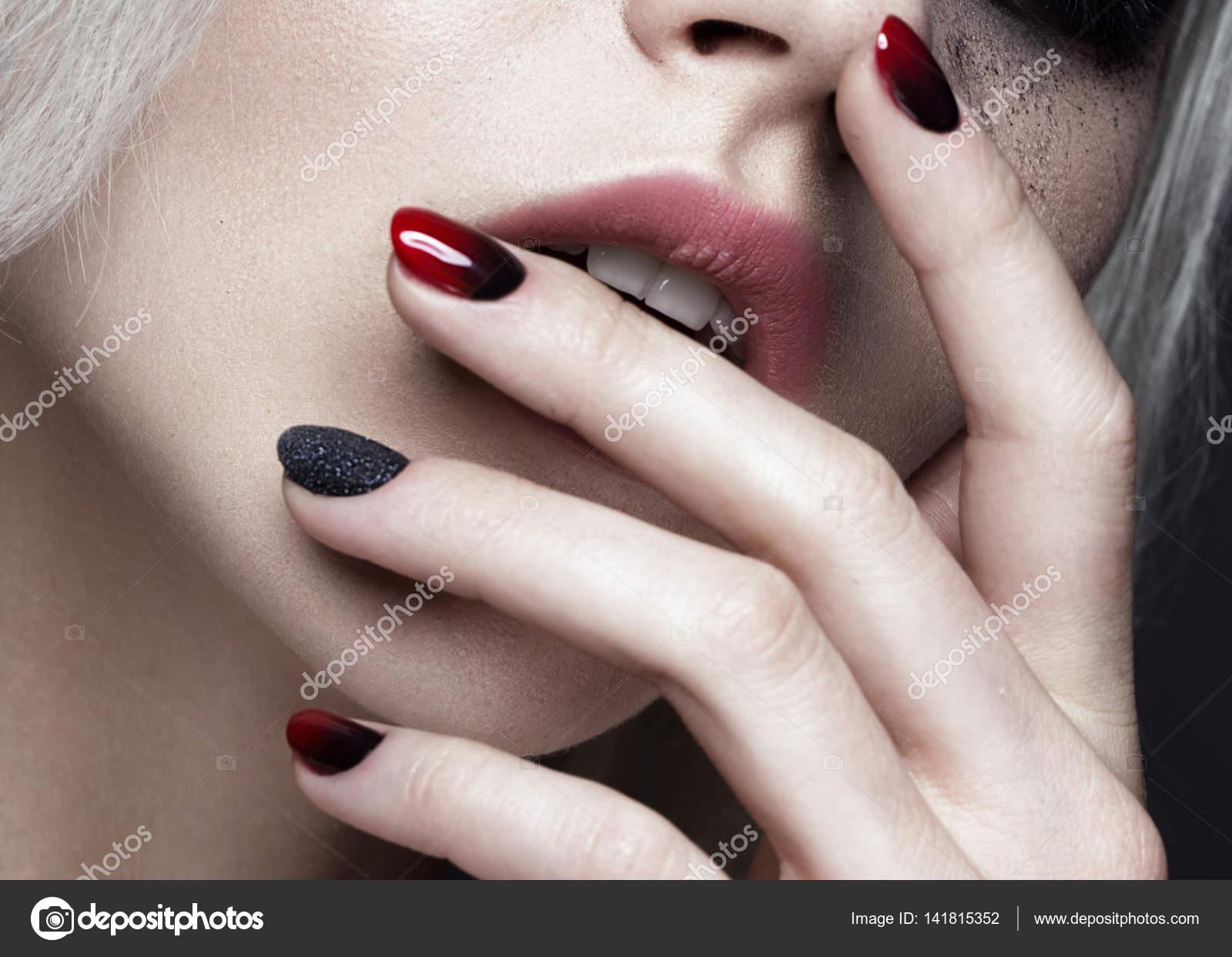 Schöne blonde Mädchen mit dunklen smokey Make-up und Kunst Maniküre ...