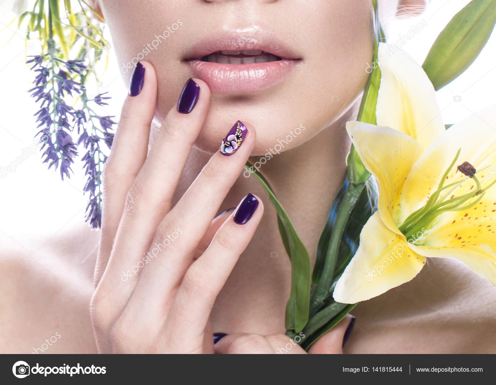 Schönes Mädchen mit Blumen und Design Nägel Maniküre. Beauty Gesicht ...