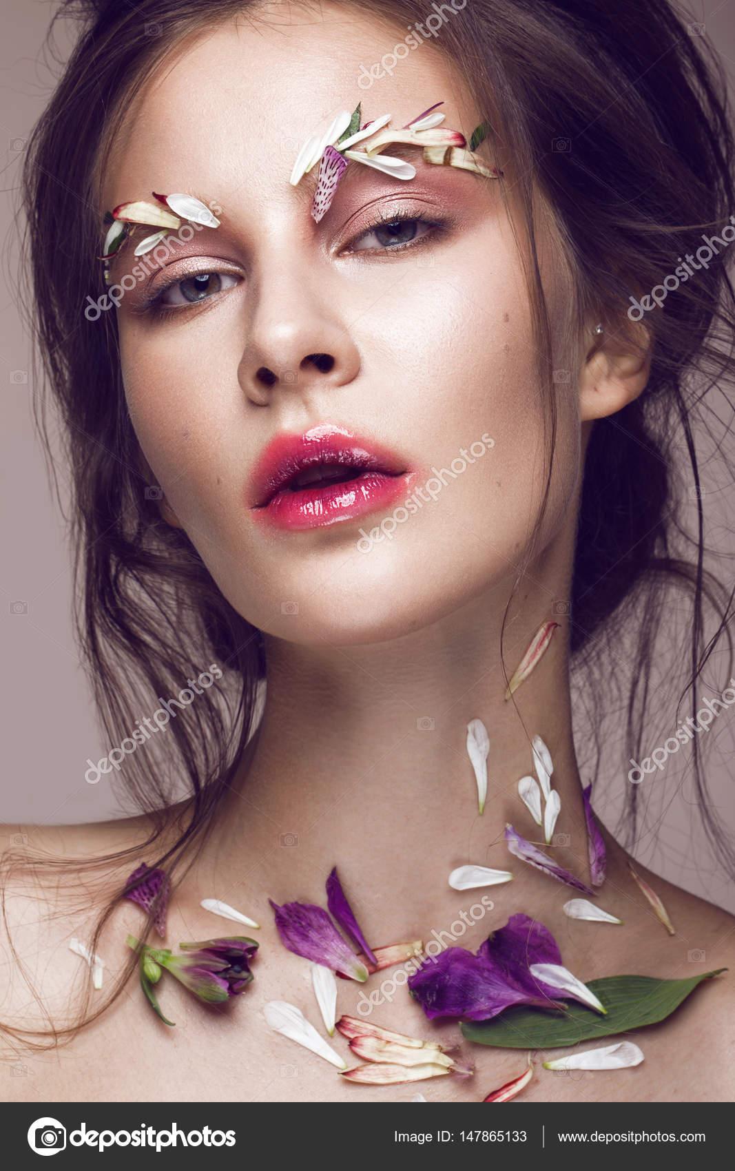 Belle Jeune Fille Avec Le Maquillage Art Et Fleurs Visage Beauté