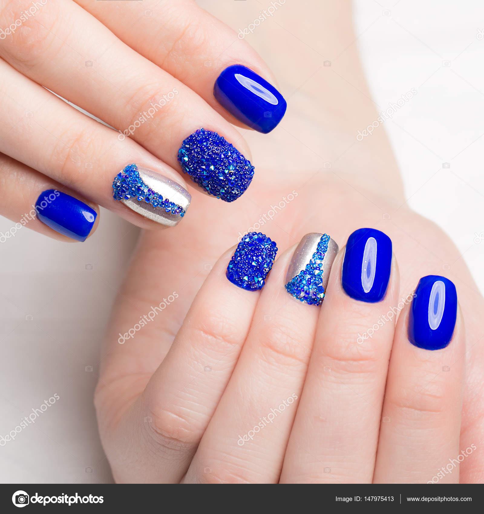 Beautifil Blauwe Manicure Met Strass Nail Design Close Up