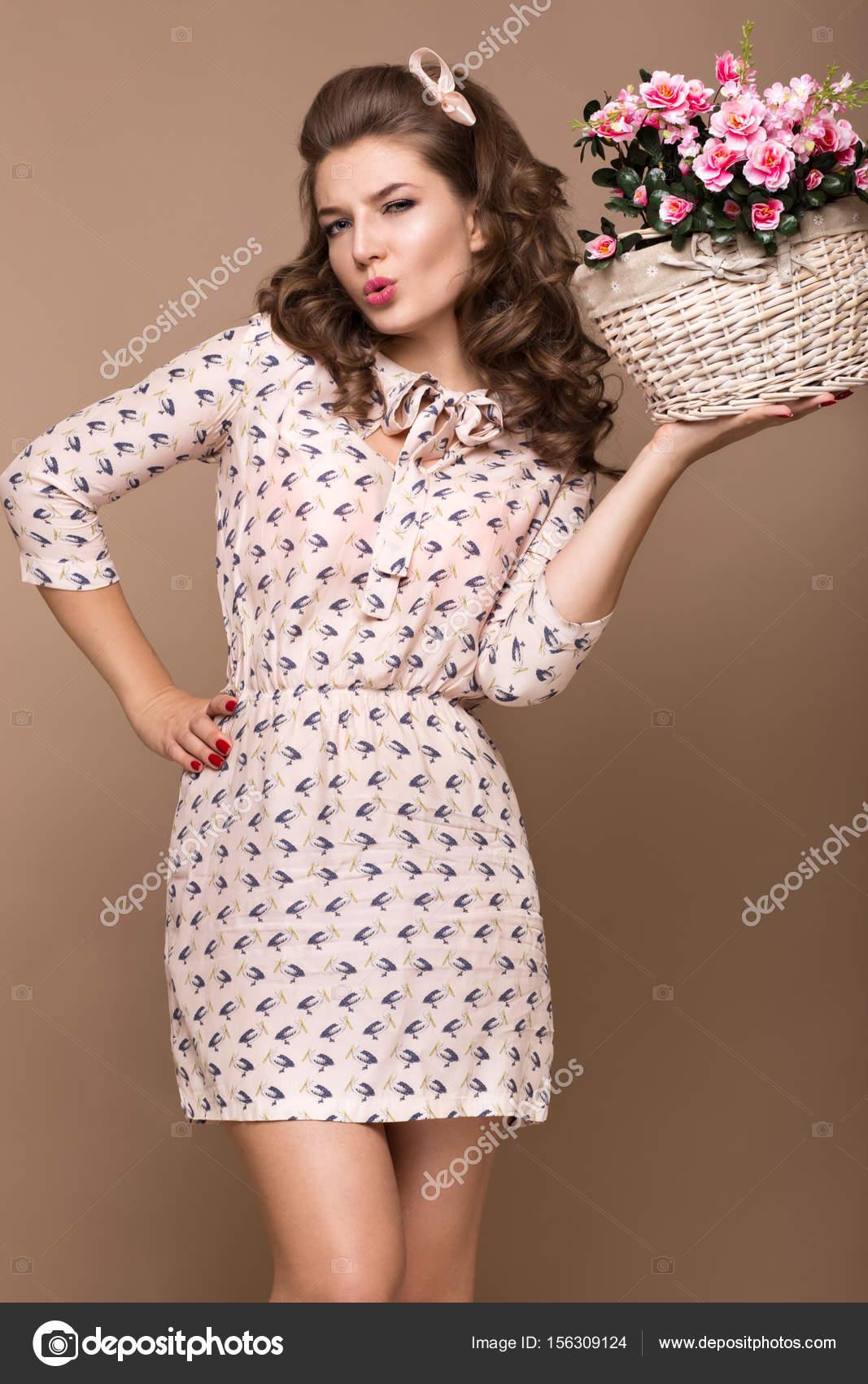 douce jeune fille, robe en soie légère, sourire, rétro boucles style