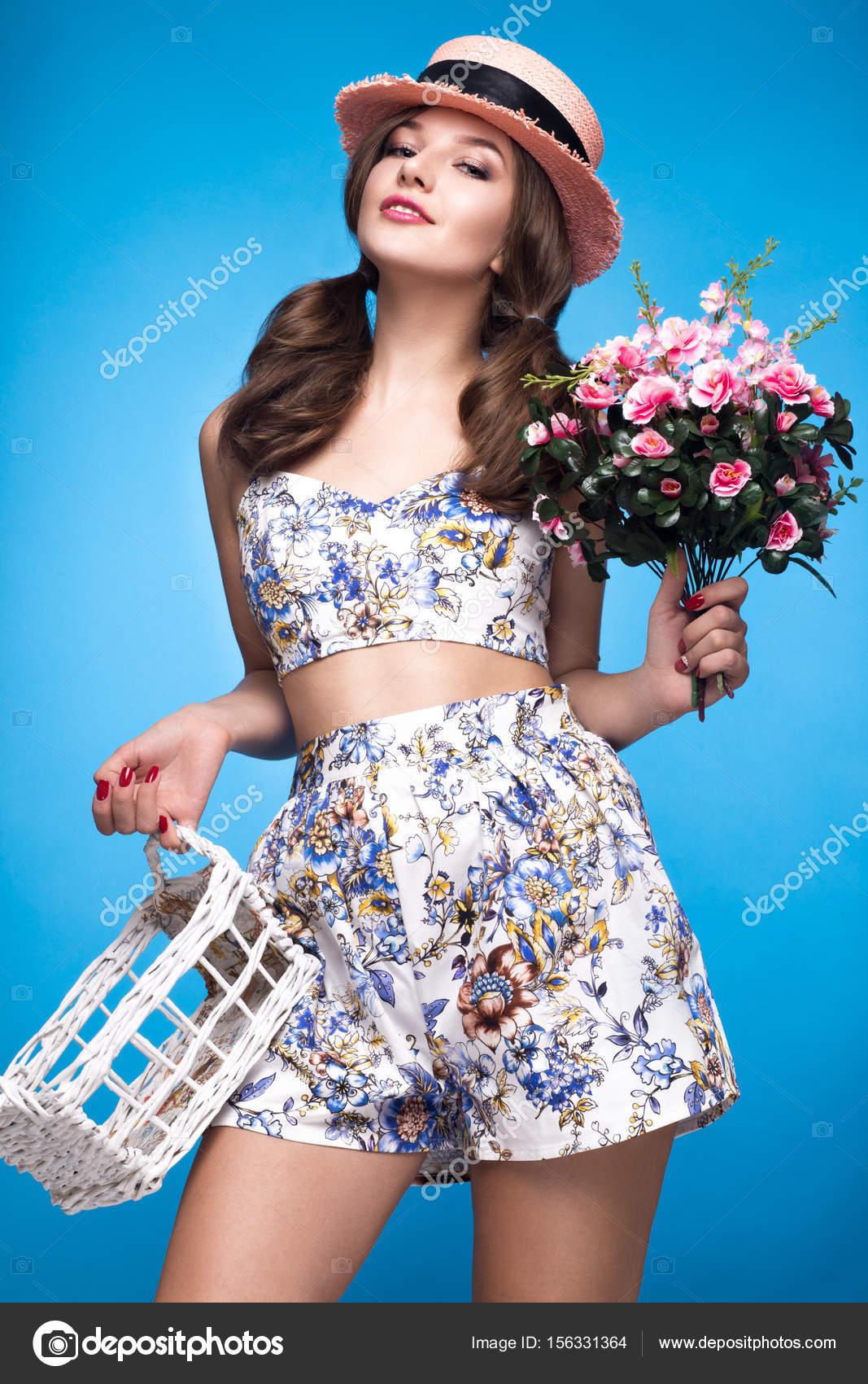 ab9b01886a413 Douce jeune fille en robe d été