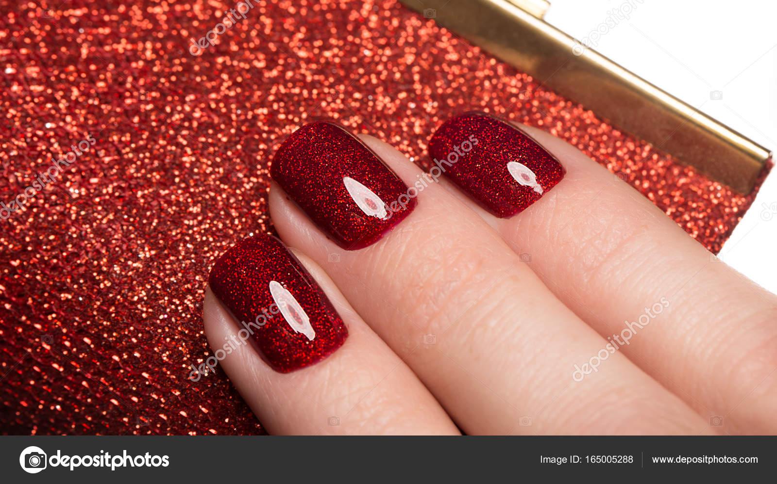 Jasne Uroczysty Manicure Czerwony Na Kobiece Dłonie Projekt