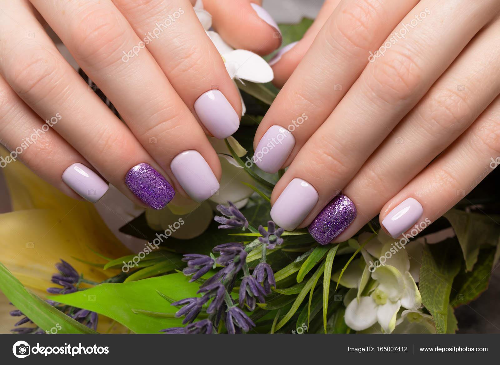 Purpura Manicura Cuidada En Mujer Manos Sobre Fondo De Flores
