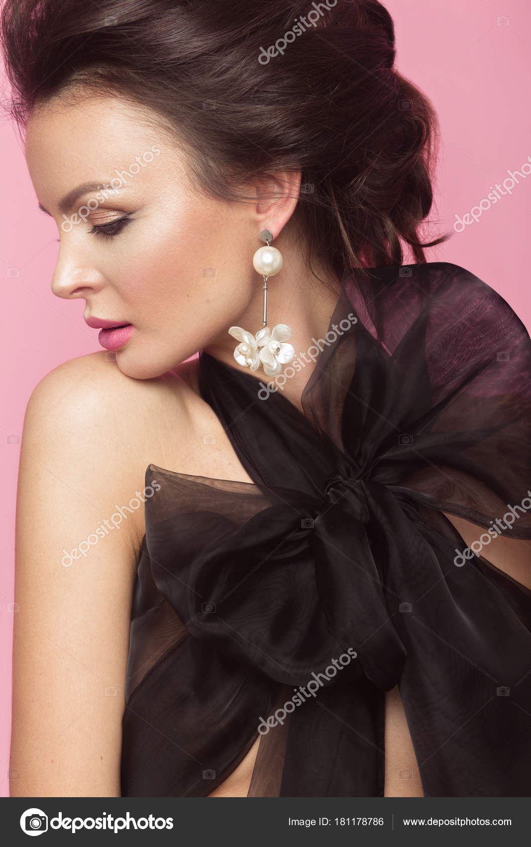 Piękna Kobieta Moda W Czarna Sukienka Z Kokardą Retro Makijaż I