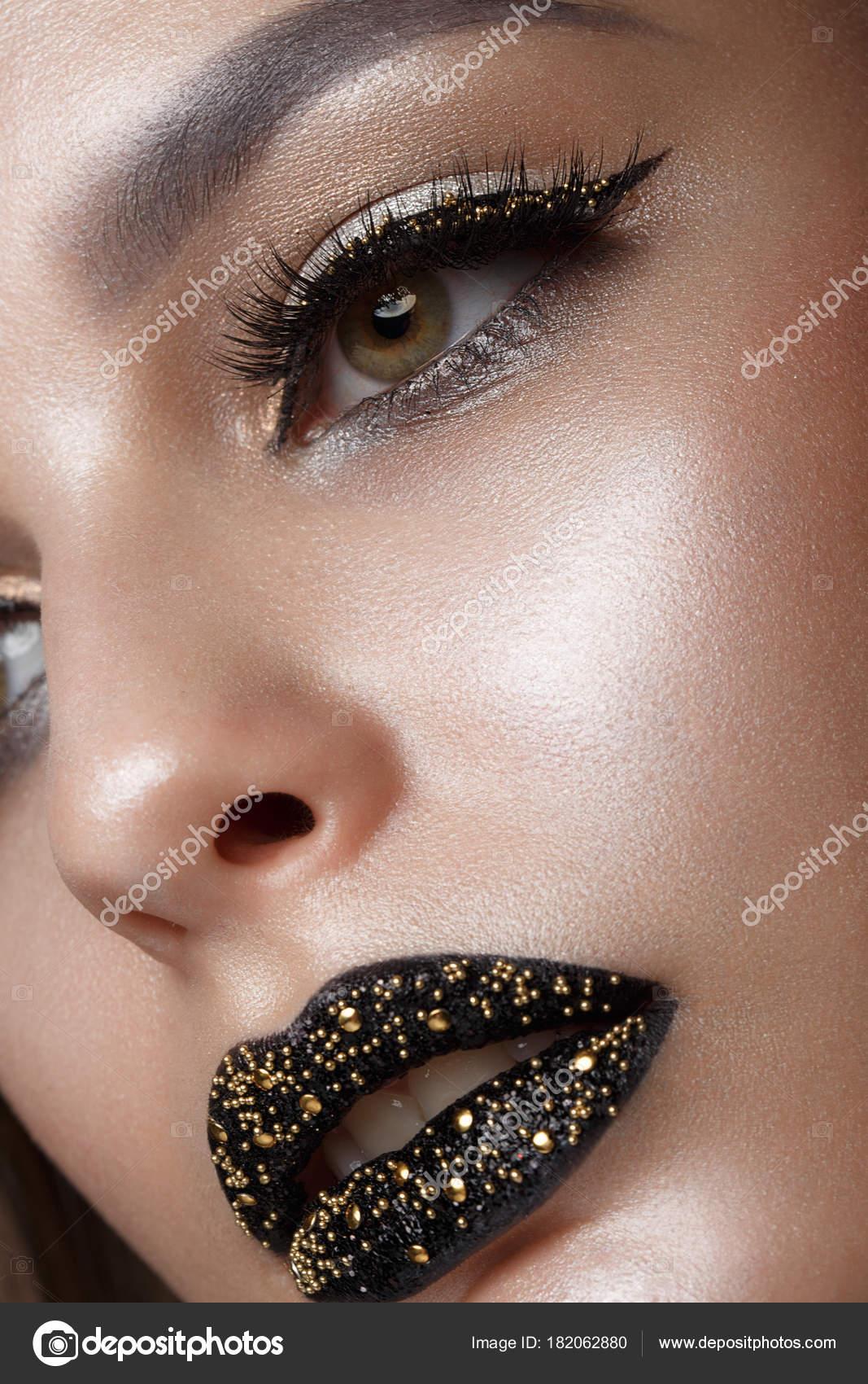Hermosa Chica Con Maquillaje Negro Arte Creativo Rostro De Belleza - Maquillaje-negro
