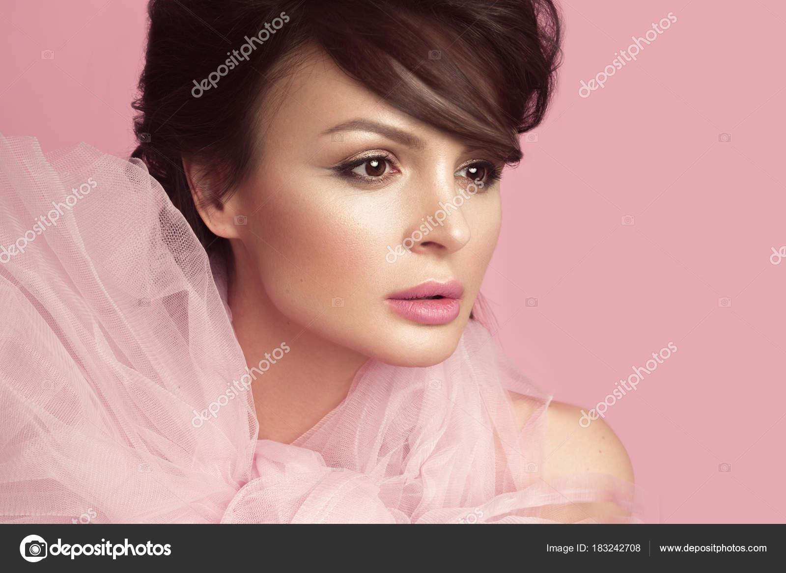 Moda mujer hermosa en vestido negro con lazo, retro maquillaje y ...