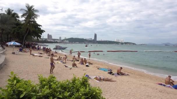 Pattaya strand, az emberek lazítanak, napoznak, úsznak. Thaiföld, Pattaya 6.12.2017