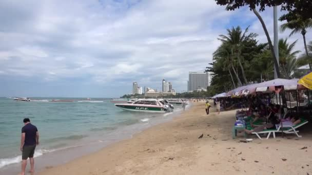 Pattaya strand, pálmafák, szállodák, emberek pihennek. Pattaya, Thaiföld 6.12.2017