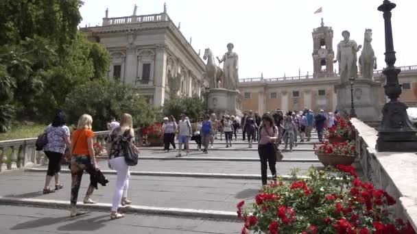 Řím, Kapitolinské schody, výhled na Palazzo Senatorio, lidé chodí. Řím, Itálie, květen 2019.