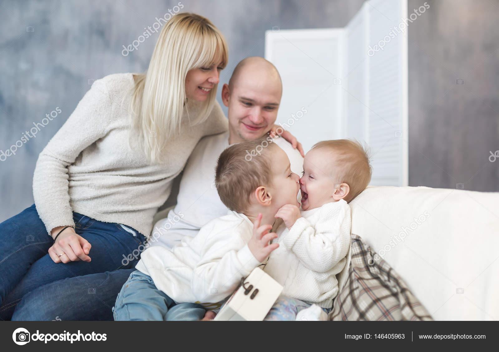 Kussen Voor Kinderen : De kussen ouders en kinderen. familie geluk en liefde. gelukkige
