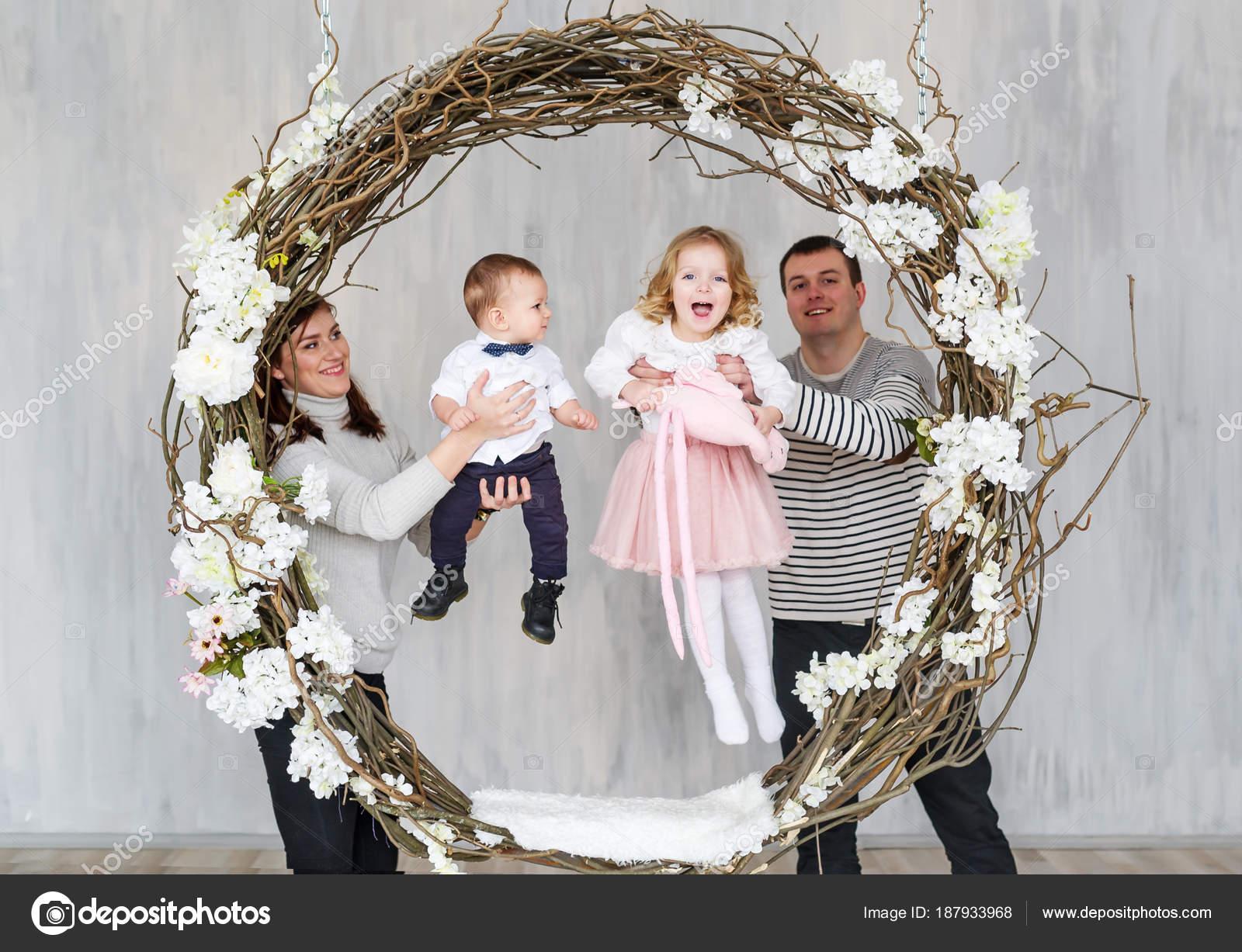 Feliz madre de familia, padre y dos hijos — Foto de stock © avk78 ...