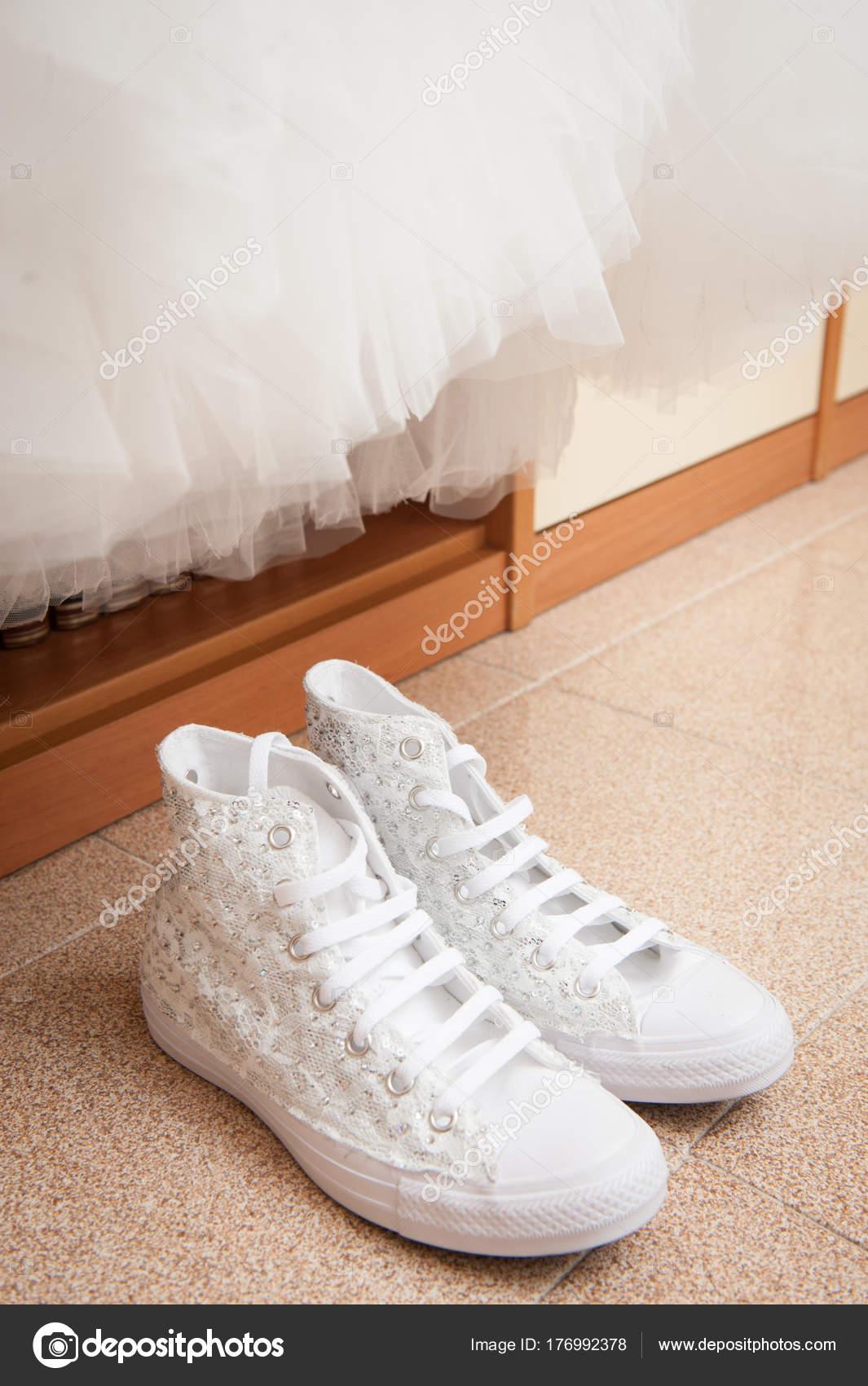 the best attitude 6470f 18fdc Weißes Brautkleid Und Sneakers — Stockfoto © vpardi #176992378