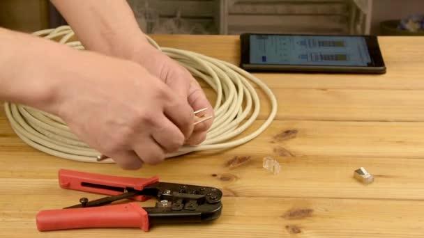 Pracovník Vytváření síťového kabelu pro připojení k Internetu, technik