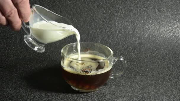 Lassú Mozgású Tejet vagy Kávé Tejszínt öntenek Fekete Kávéba. Közelről látni. Férfi személy teszi reggeli kávé.