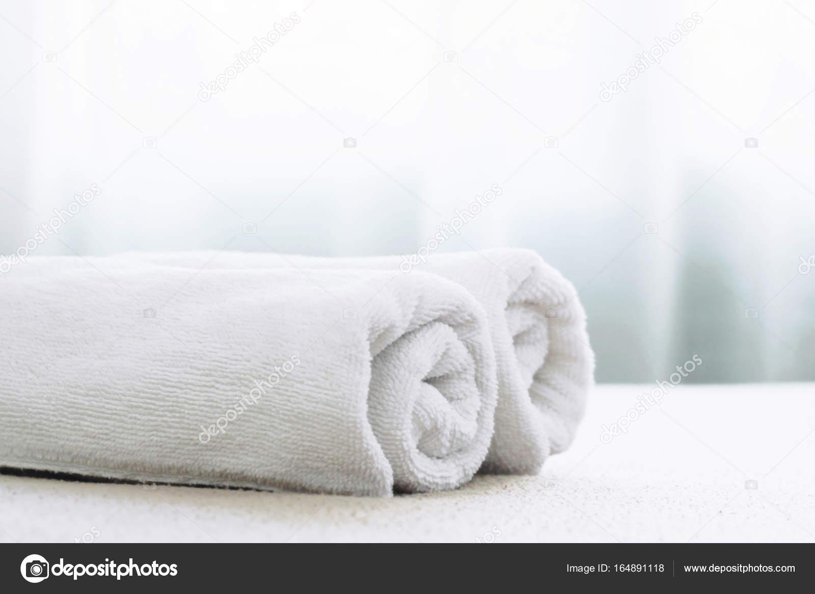 Tovagliolo bianco sul letto nella camera da letto con