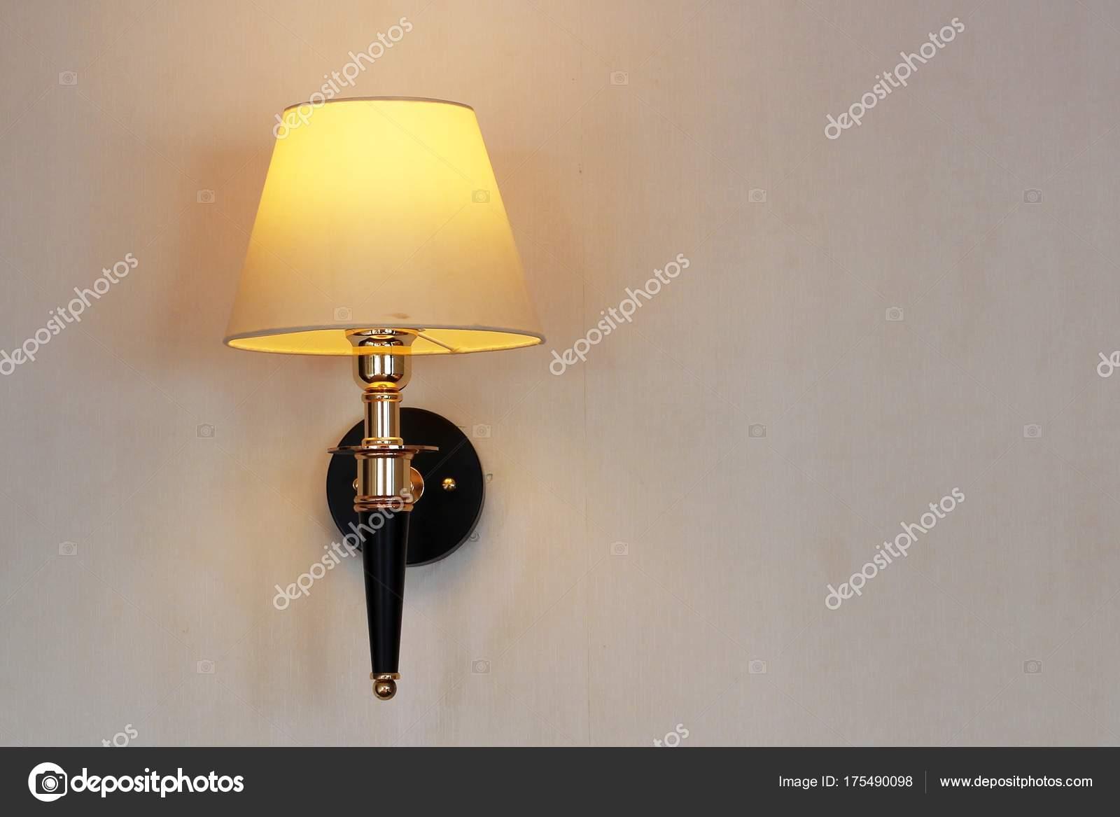 Lampada Vintage Da Parete : Lampada da parete vintage u2014 foto stock © gap #175490098