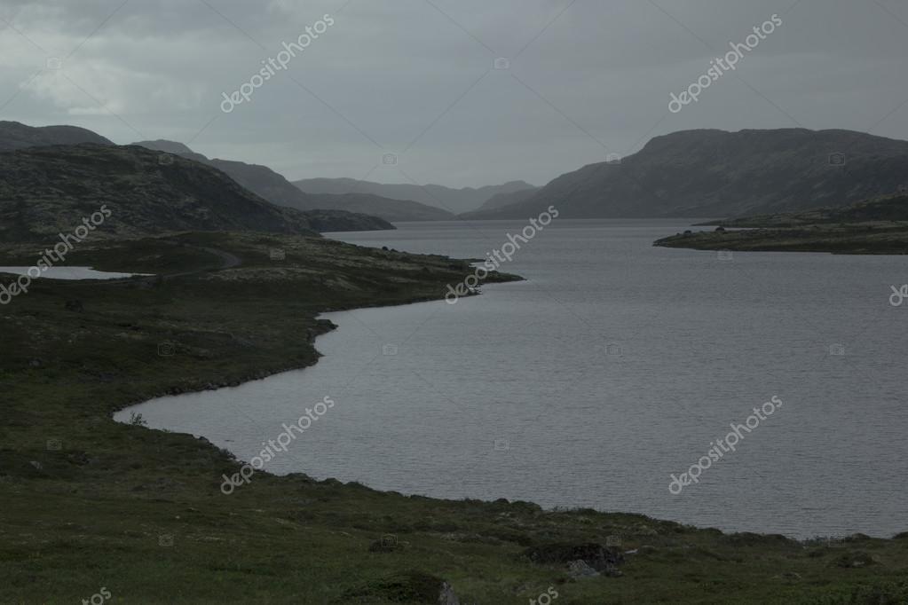 Nuvoloso paesaggio tetro piovoso con vista sul lago e for Disegni casa sul lago con vista sul lago