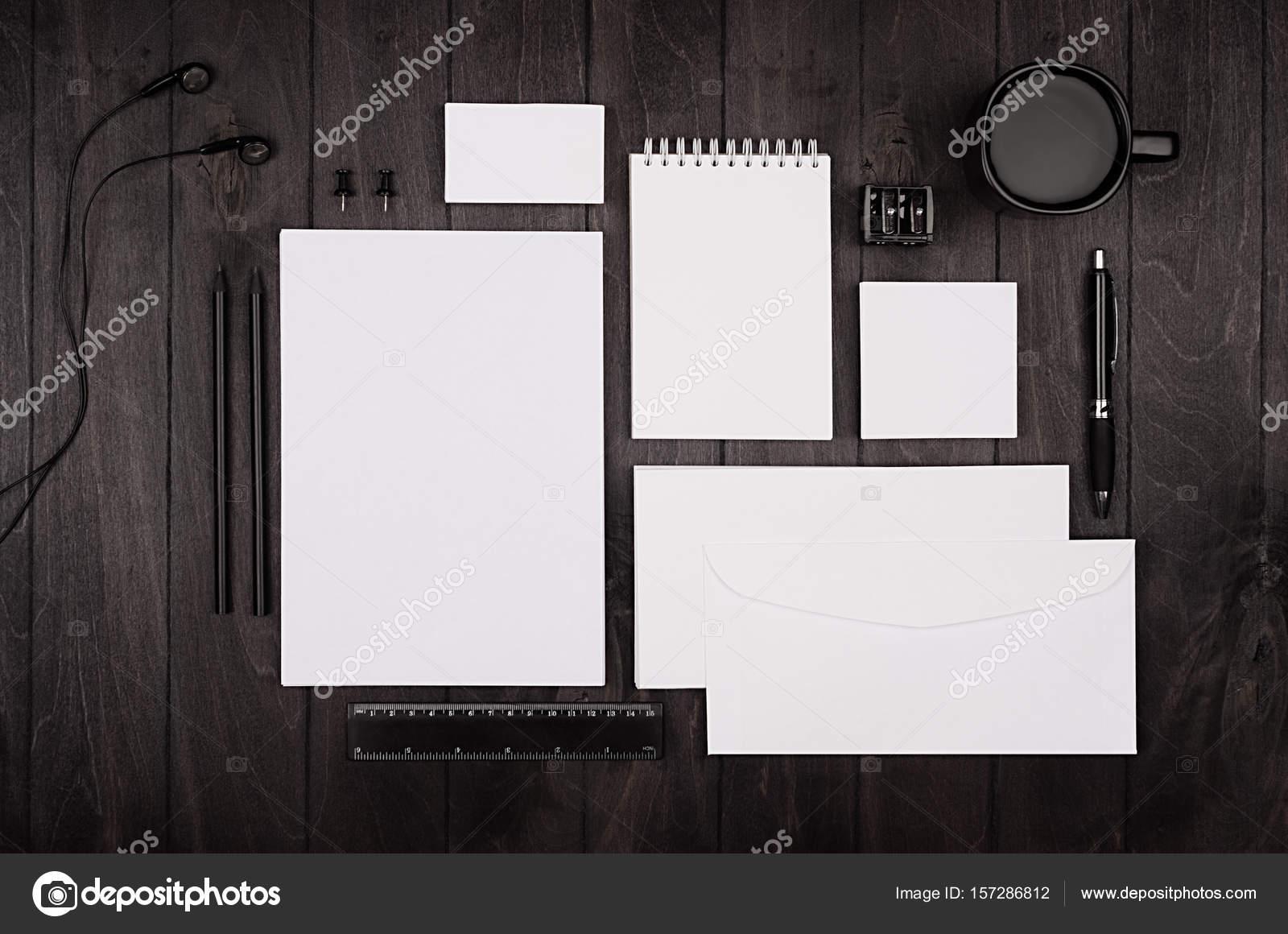 Corporate Identity-Vorlage, leeres Briefpapier set mit Kaffee und ...