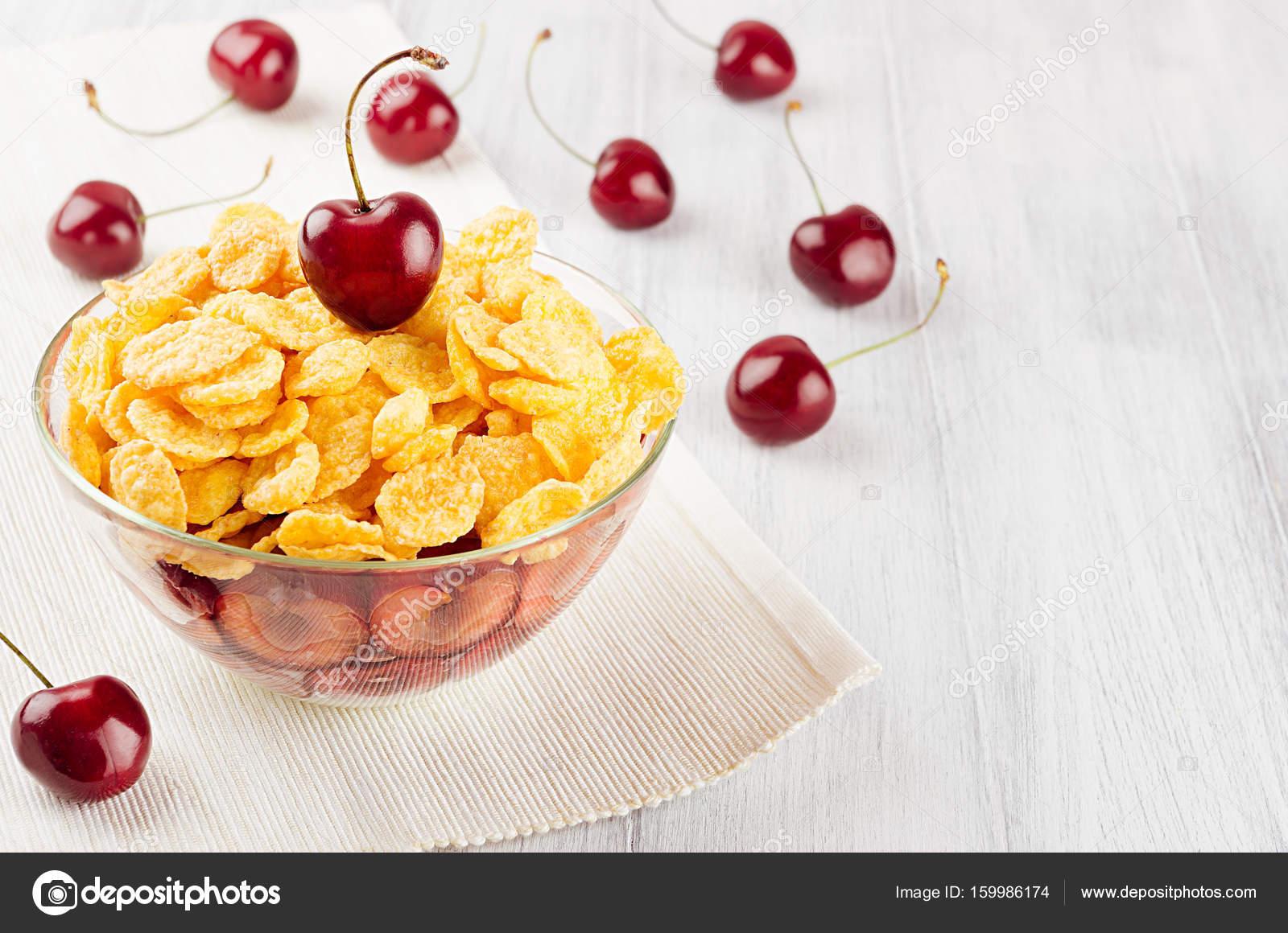 Fruhstuck Mit Goldenen Cornflakes Reife Kirschen Auf Weissem Holz