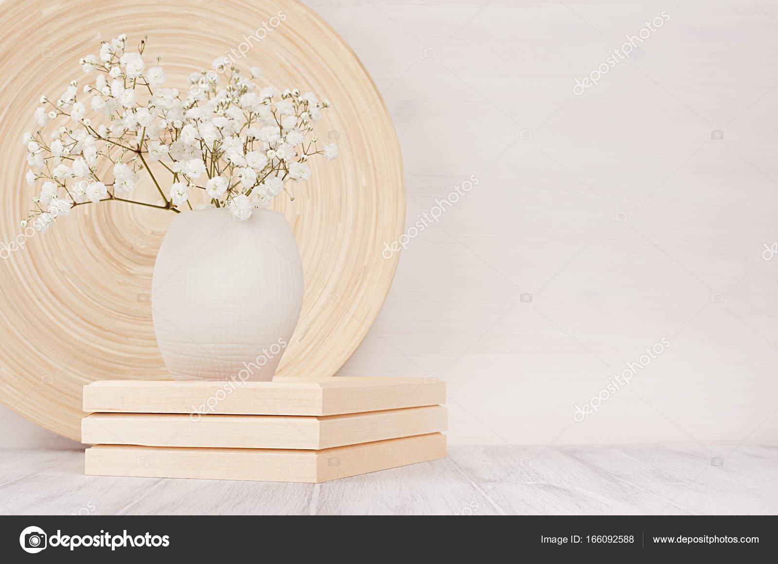 Weiche Hauptdekor Beige Bambus Schale und weißen kleinen Blüten in ...