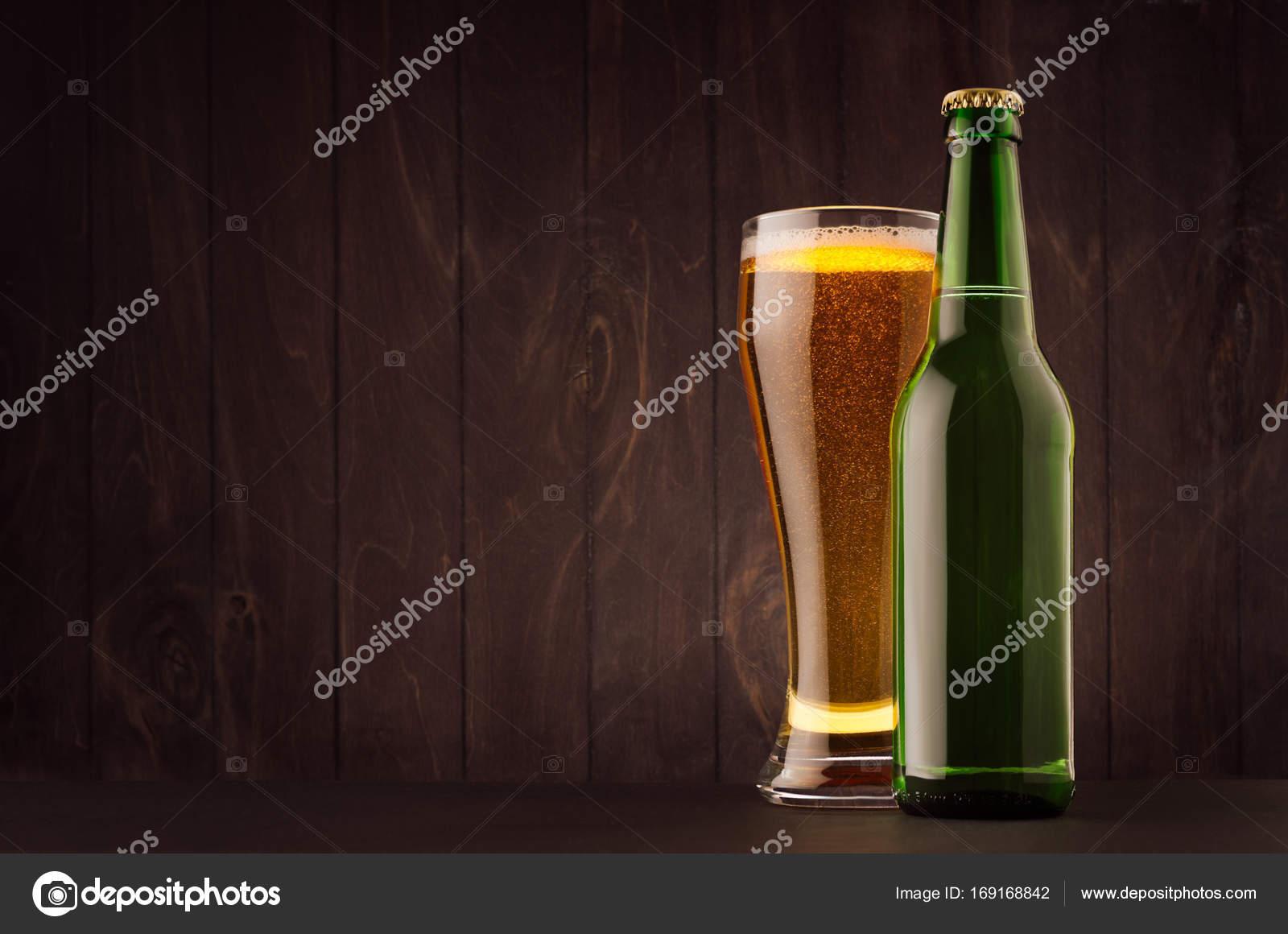 Grünes Bier Flasche und Glas Weizen mit golden Lager auf dunkle ...