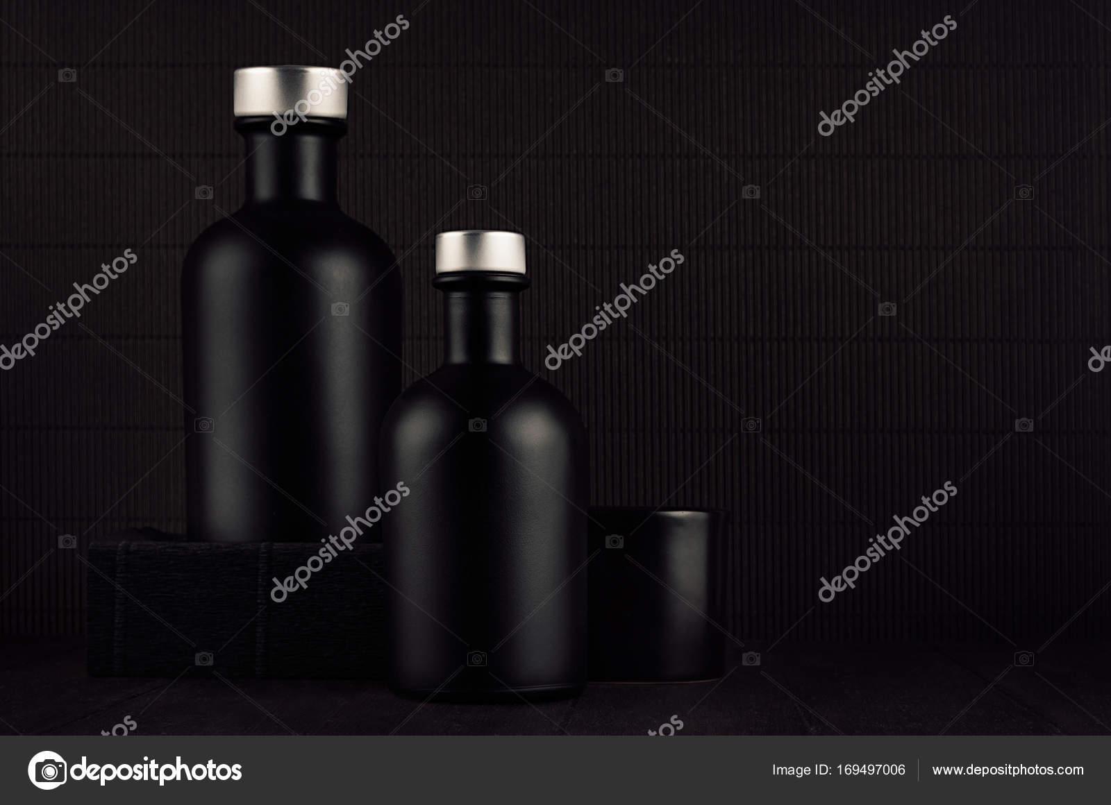 Donker zwart minimalistisch interieur lege zwarte cosmetica