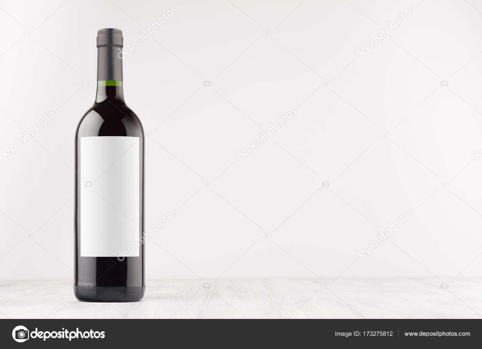 Dunkle Flasche Wein mit leeren weißen Aufkleber auf weißer ...