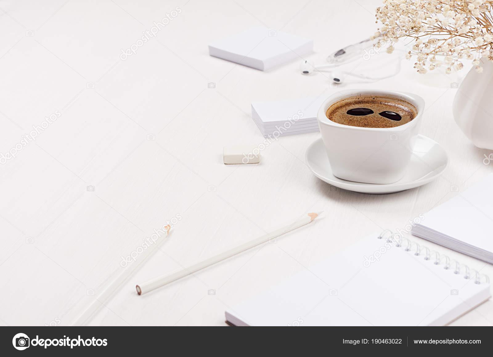 Moderne simple lieu travail papeterie bureau blanc serti tasse café